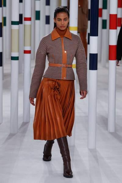 La ceinture classique marron se porte sur un manteau à carreaux lors du défilé Hermès Automne-Hiver 2020/2021