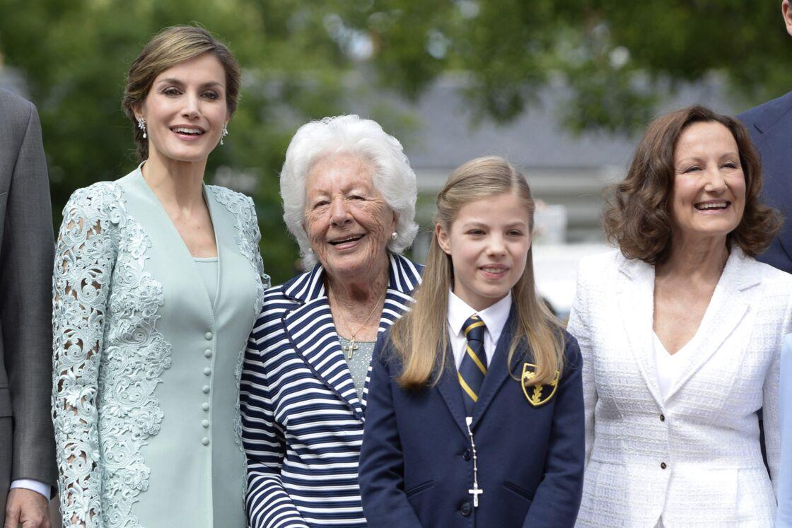 La reine Letizia, Menchu, l'infante Sofia et Paloma Rocasolano, lors de la première communion de la princesse Sofia, en mai 2017.