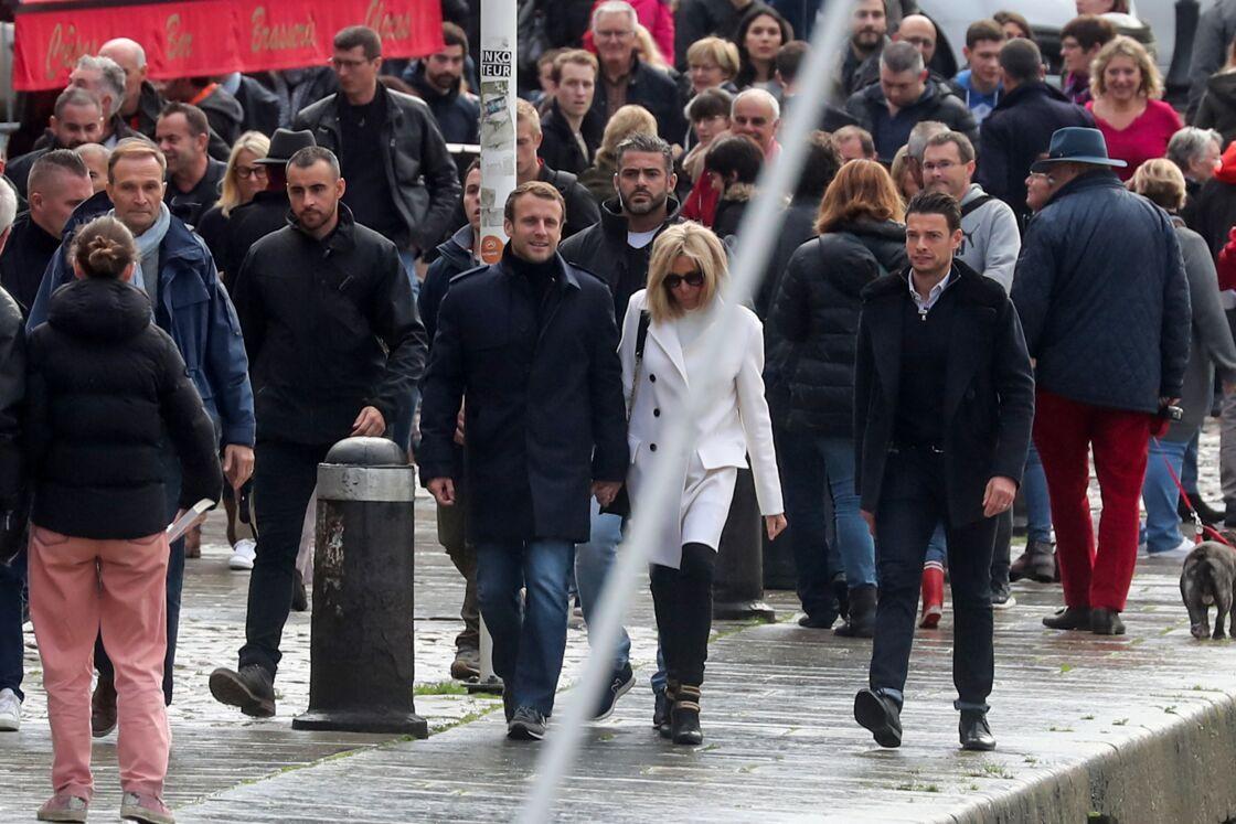 Brigitte et Emmanuel Macron se promène dans les rues d'Honfleur en 2019