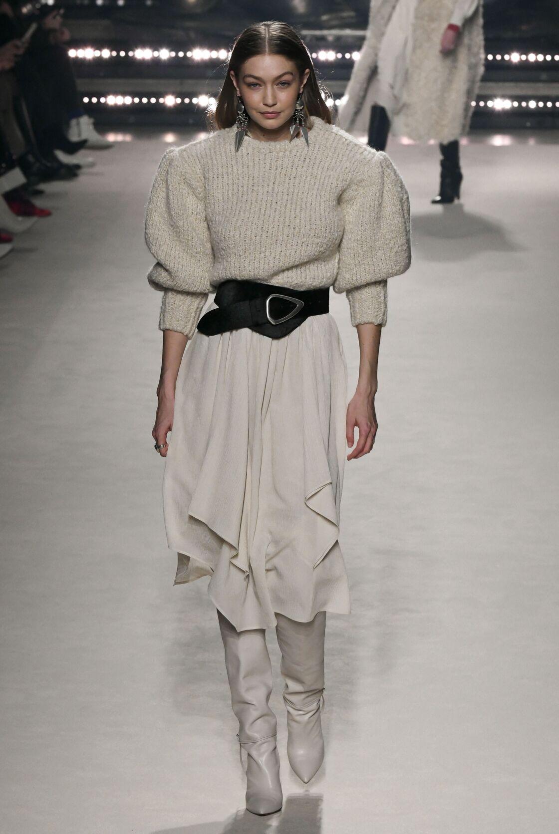 La ceinture XXL se porte sur un pull en cachemire et une jupe mi-longue lors du défilé automne-hiver 2020/2021 d'Isabel Marant