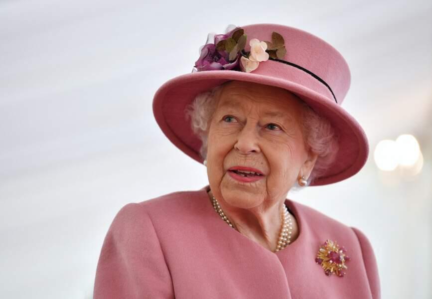 Comme toujours, la reine Elizabeth II était très chic lors de ce déplacement durant lequel elle était accompagnée de son petit-fils, le prince William