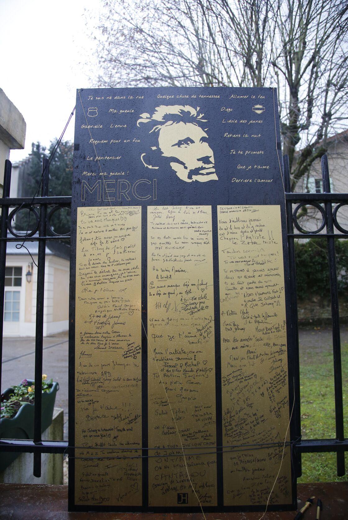 Les hommages des fans à Johnny devant sa villa de Marnes-la-Coquette