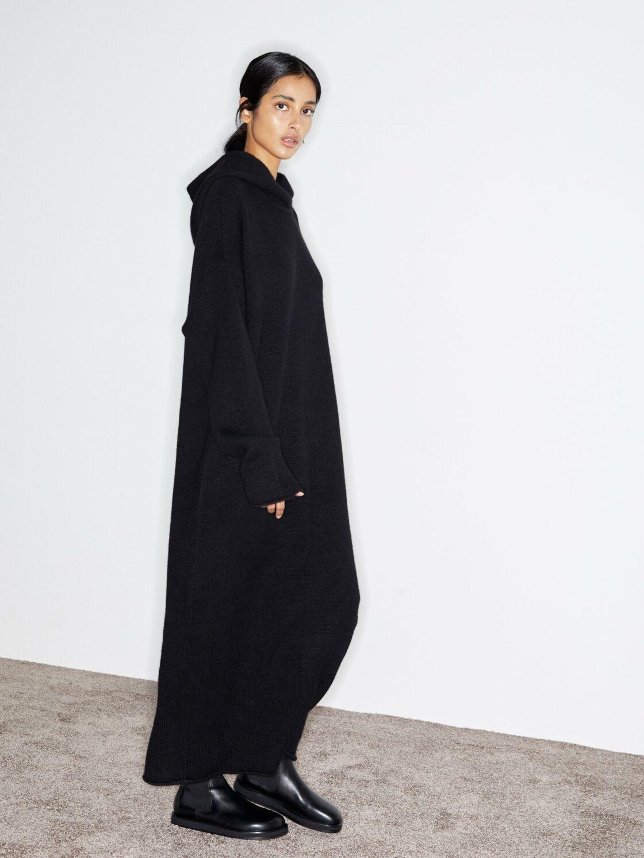La robe à capuche noire signée Raey à 1002€ sur Matchesfashion.