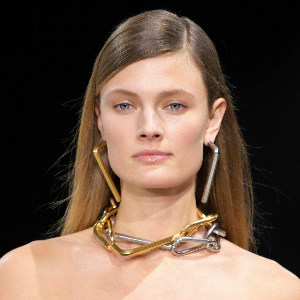 Allure futuriste chez Off-White avec ces maillons portés en collier et en boucles d'oreilles.