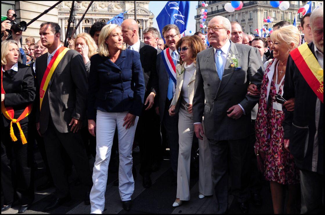Jean-Marie Le Pen au bras de son épouse Jany, et non loin de sa fille Marine, pour célébrer Jeanne d'Arc, à Paris, en 2011.
