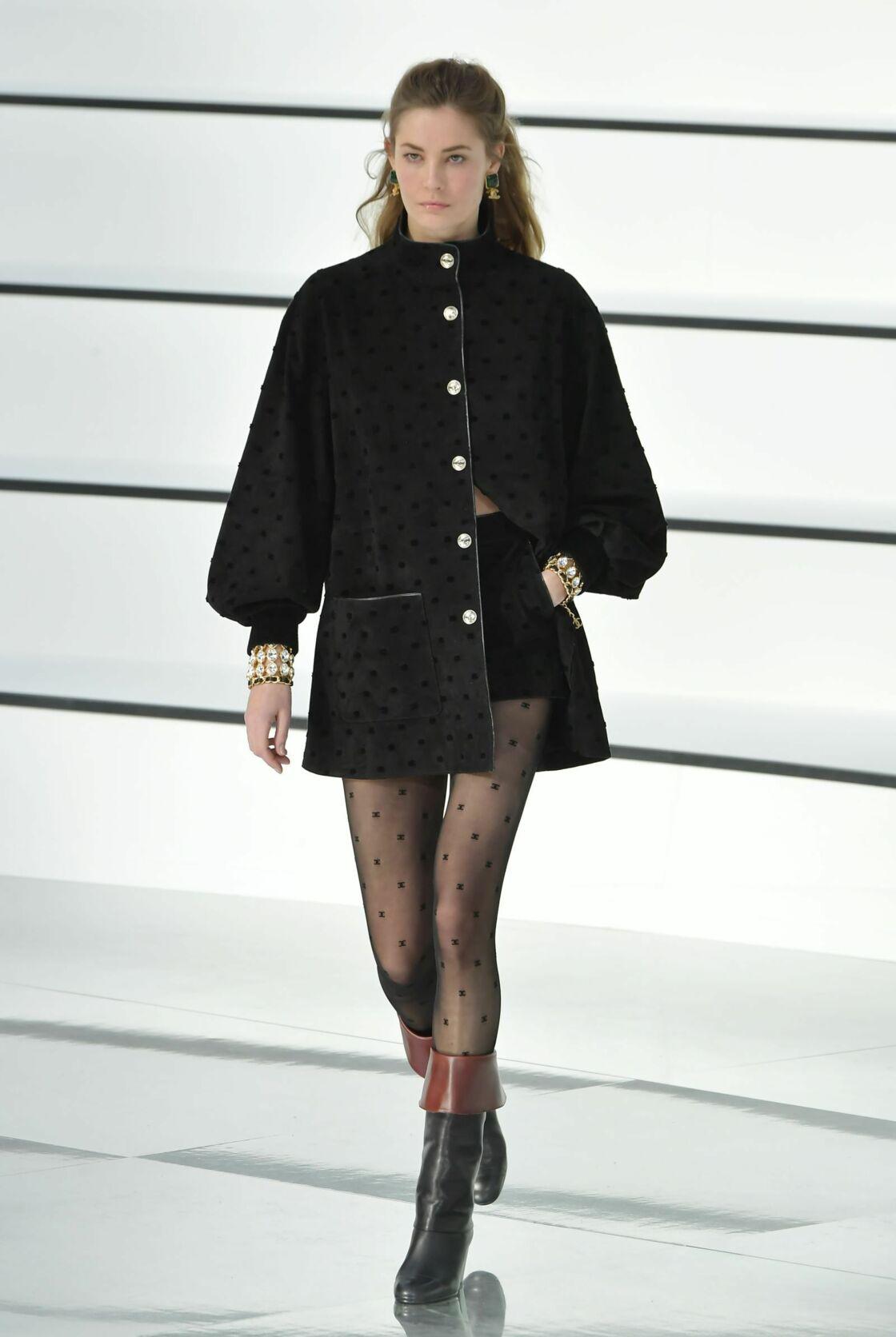 Deux manchettes suffisent pour habiller votre tenue d'une touche d'élégance 80's comme sur le défilé Chanel