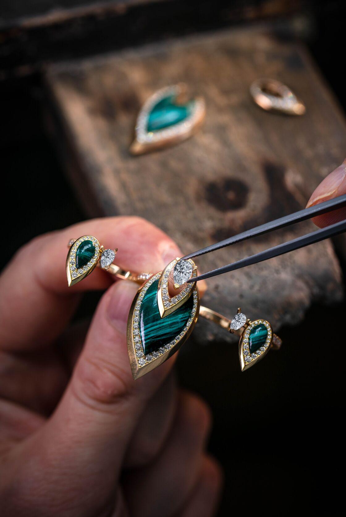 Le détail de fabrication de la bague 3 doigts composée de diamants et de pierres serties
