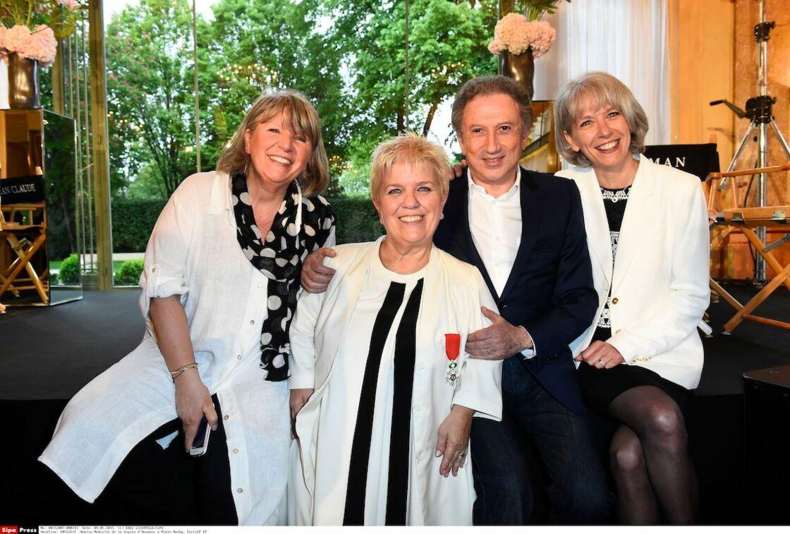 Michel Drucker et Mimie Mathy et ses deux soeurs Marie (à gauche) et Frédérique (à droite) photographiés lors de la Cérémonie de la remise de la Médaille de la Légion d'Honneur à Mimie Mathy au Pavillon Dauphine