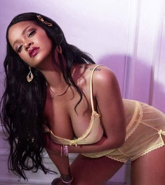 Rihanna en mode crinière avec barrette fleurie