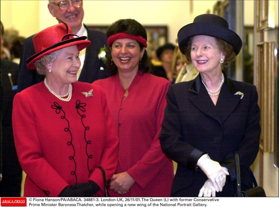Elizabeth II et Margaret Thatcher, à l'occasion de l'ouverture d'une nouvelle aile du National Portrait Gallery, à Londres, en 2001.
