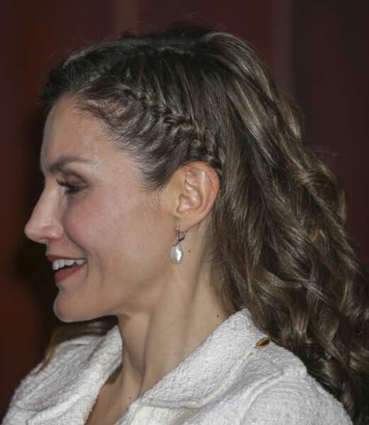 Tresse collée sur le côté pour la reine Letizia d'Espagne