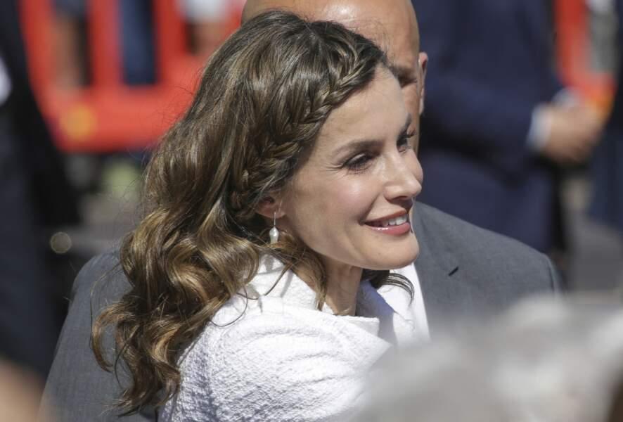 La reine Létizia d'Espagne et ses boucles tressées de près