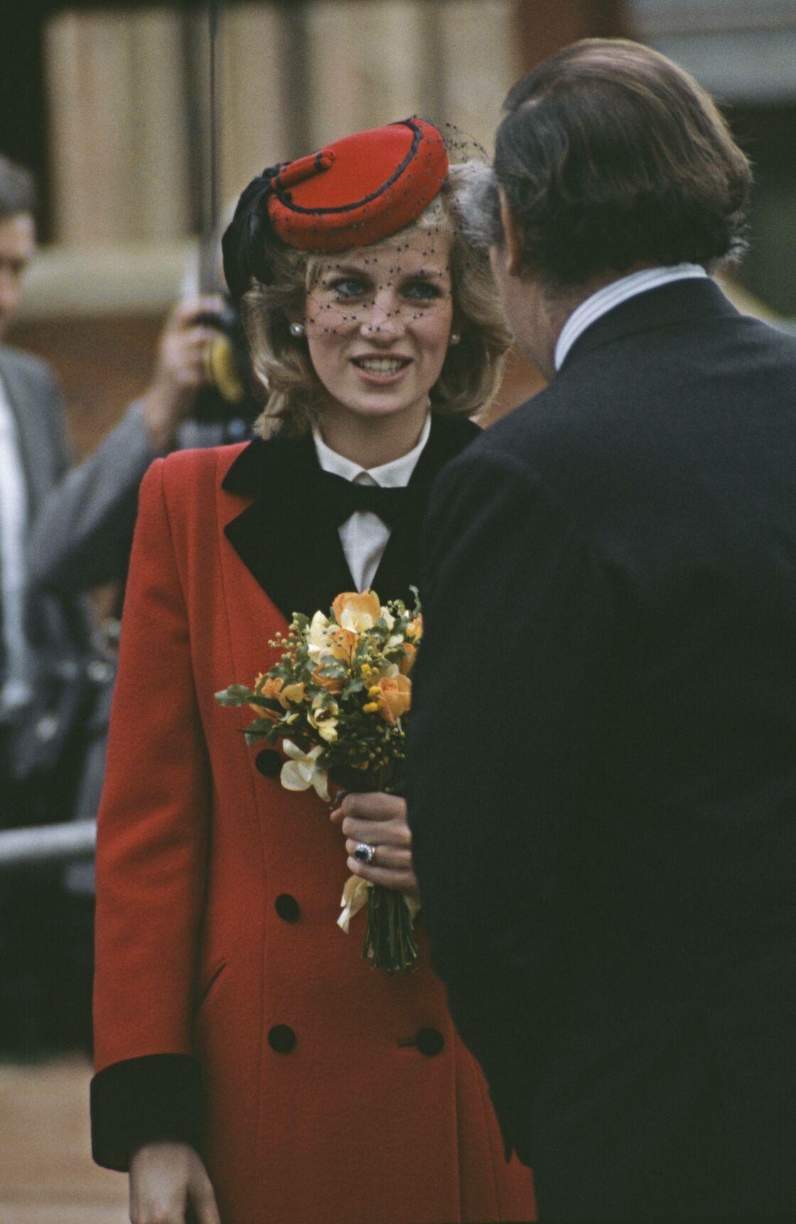 La princesse Diana dans son manteau rouge Catherine Walker, en 1984.