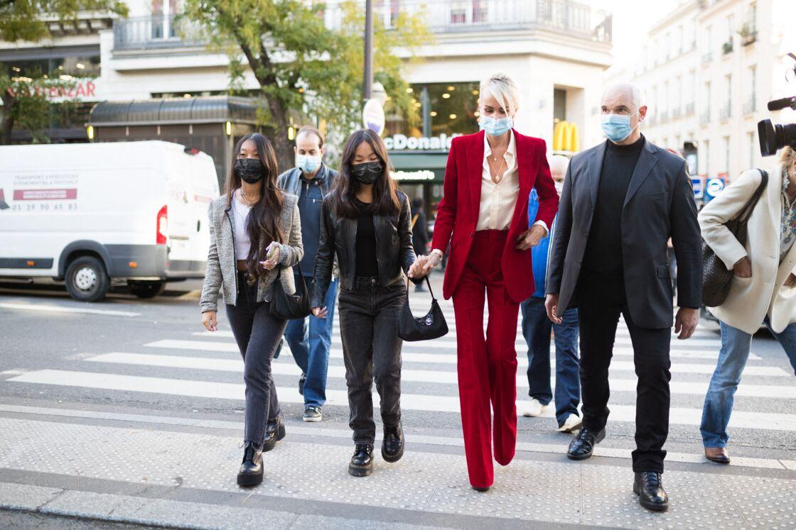 Laeticia Hallyday, accompagnée de ses filles Jade et Joy, à Paris en octobre 2020