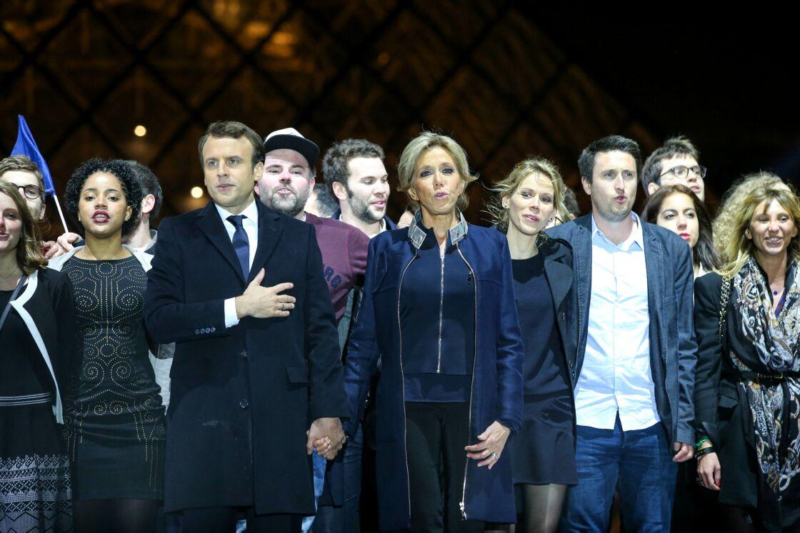 Morgan Simon derrière Brigitte et Emmanuel Macron