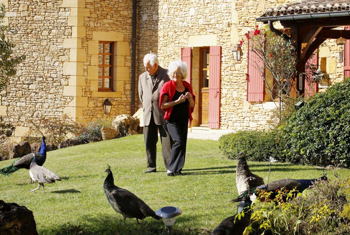 Pierre Bellemare et sa dernière femme, Roselyne, dans leur maison de campagne près de Bergerac (Dordogne) en 2011.
