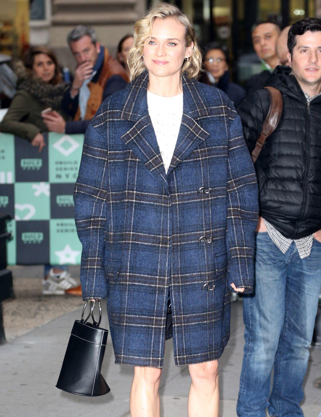 L'actrice Diane Kruger dans un manteau à carreaux oversize : simple mais efficace.