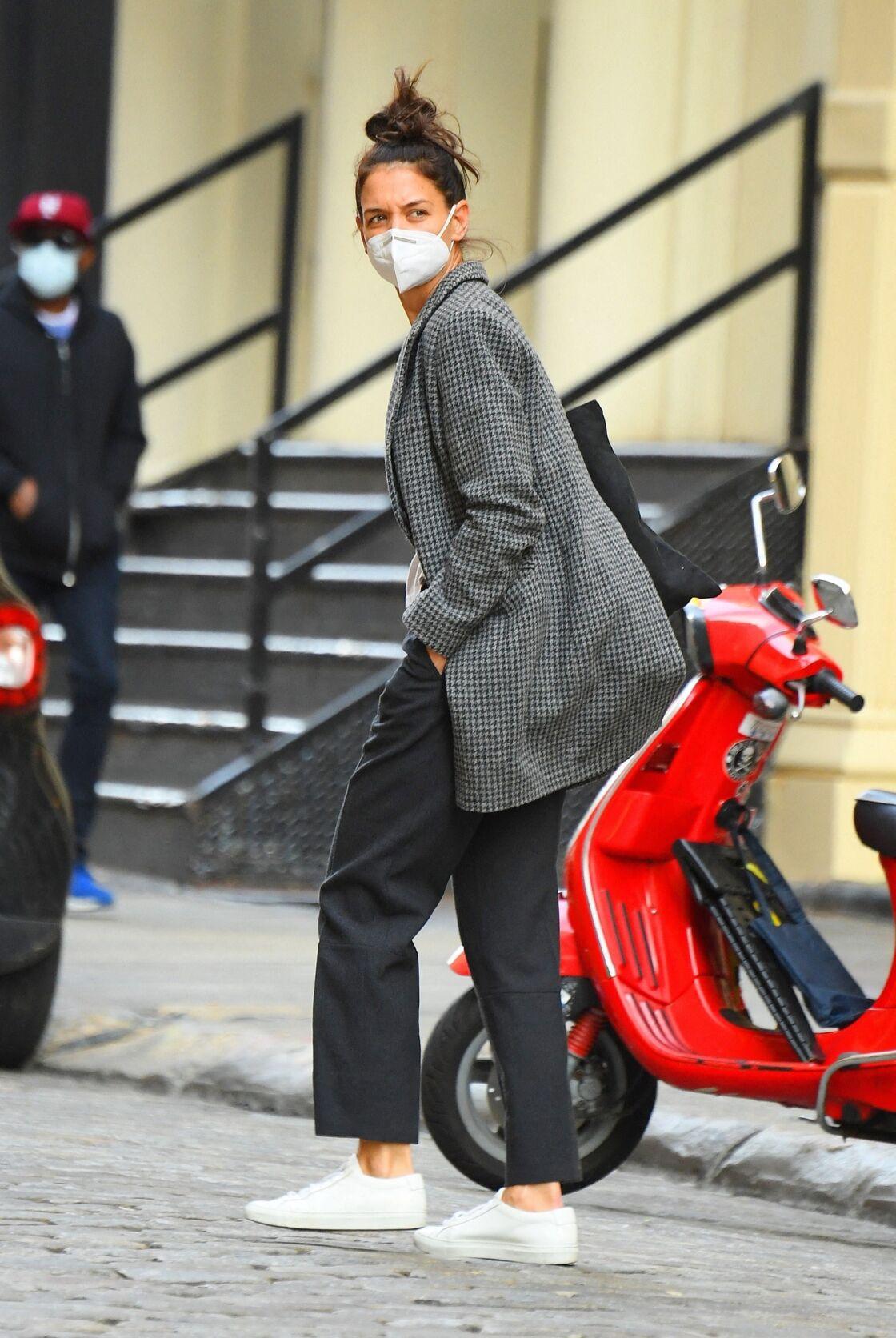 Katie Holmes ou l'art de porter le manteau masculin de manière casual chic.