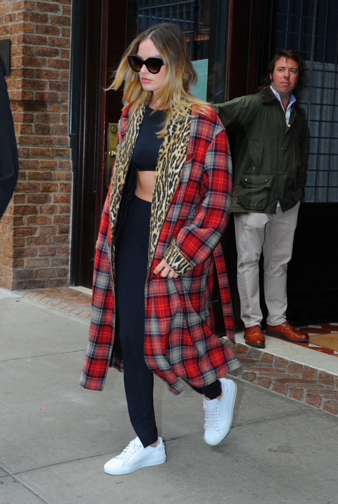 Margot Robbie allie deux imprimés phares avec son manteau réversible