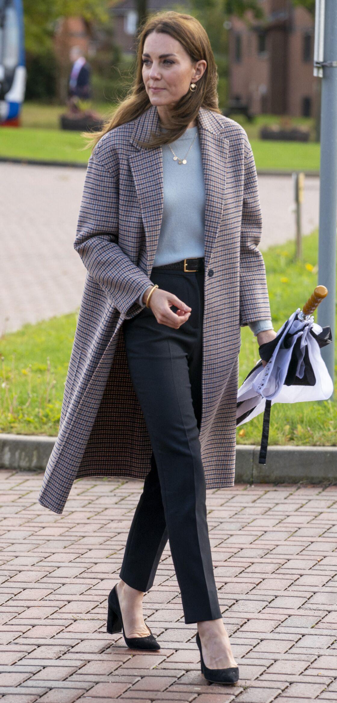 Kate Middleton, future reine d'Angleterre en représentation : un bon exemple de comment porter le manteau masculin façon working girl.