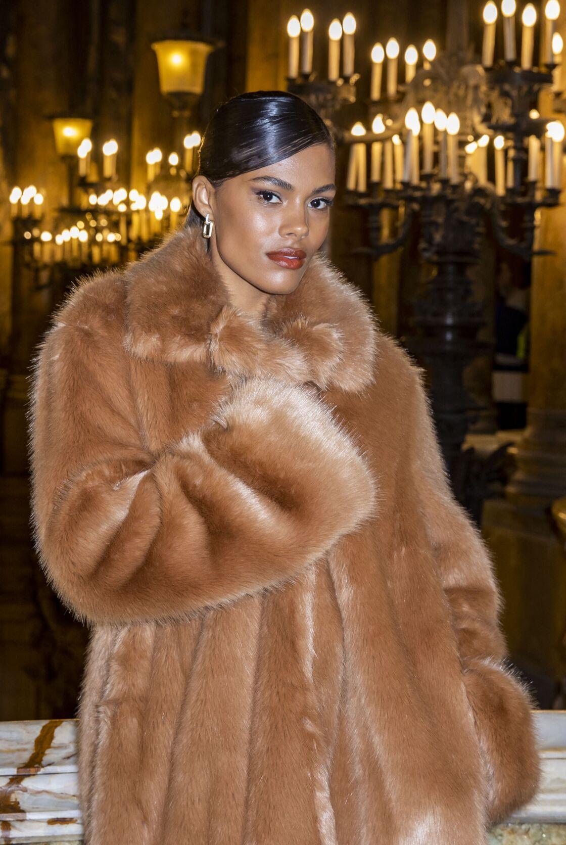 Tina Kunakey Cassel dans un manteau long en fausse fourrure abricot au défilé de prêt-à-porter automne-hiver 2020-2021 de Stella McCartney.