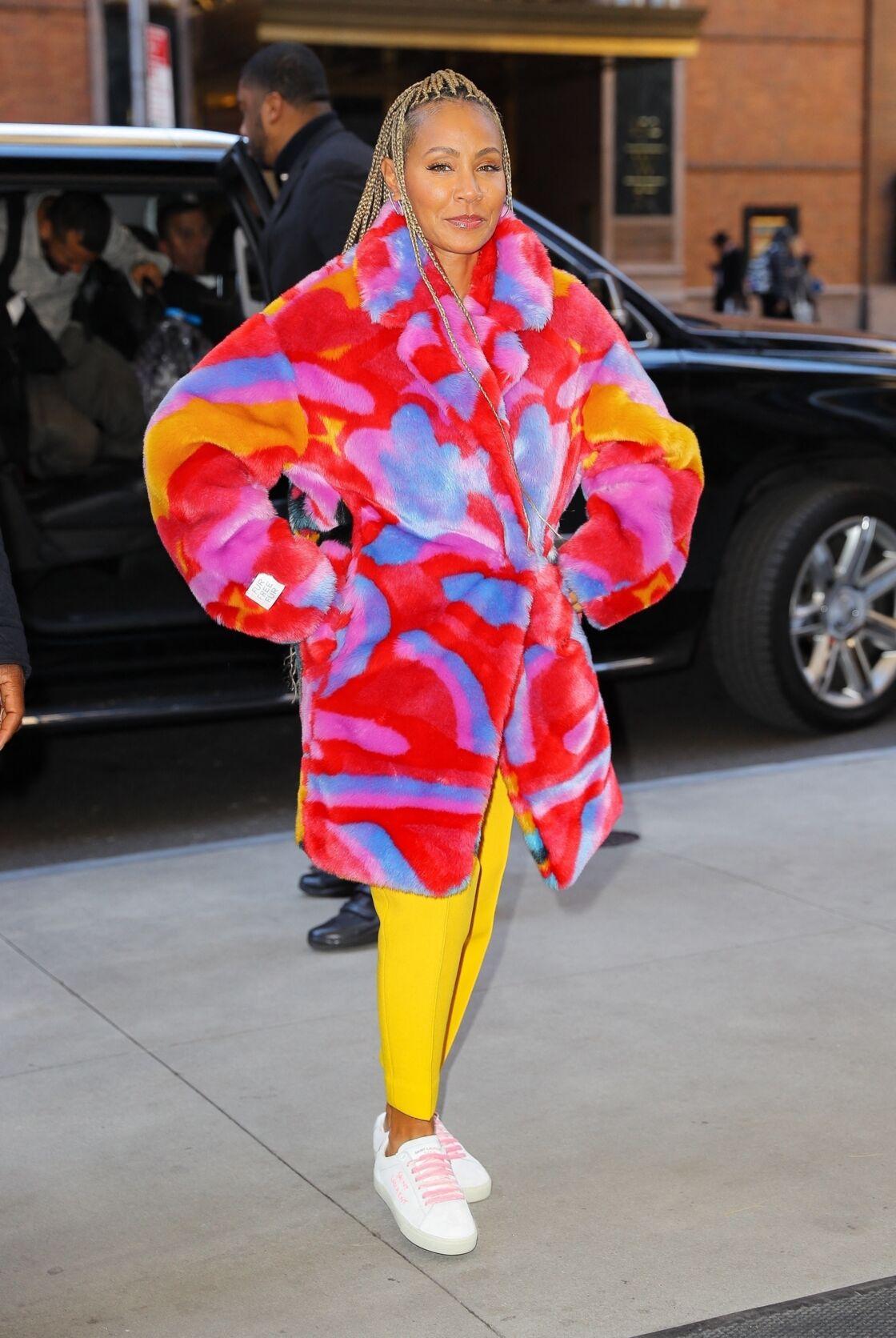 Jada Pinkett Smith ose porter le manteau en fausse fourrure multicolore dans les rues de New York.