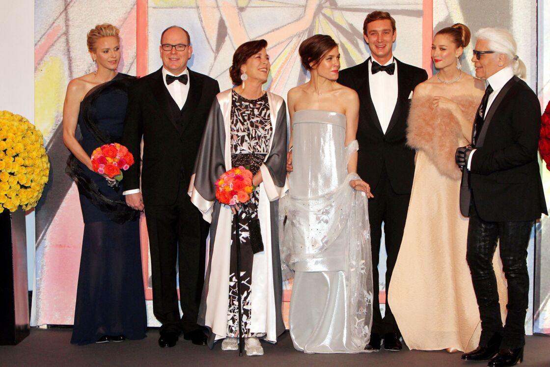La princesse Charlène de Monaco (3ème gauche) échange un regard complice avec Karl Lagerfeld, au Bal de la Rose à Monaco, en 2014.