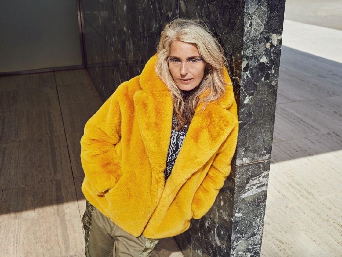 Le manteau en fausse fourrure jaune vif de Desigual, à 309,95€.