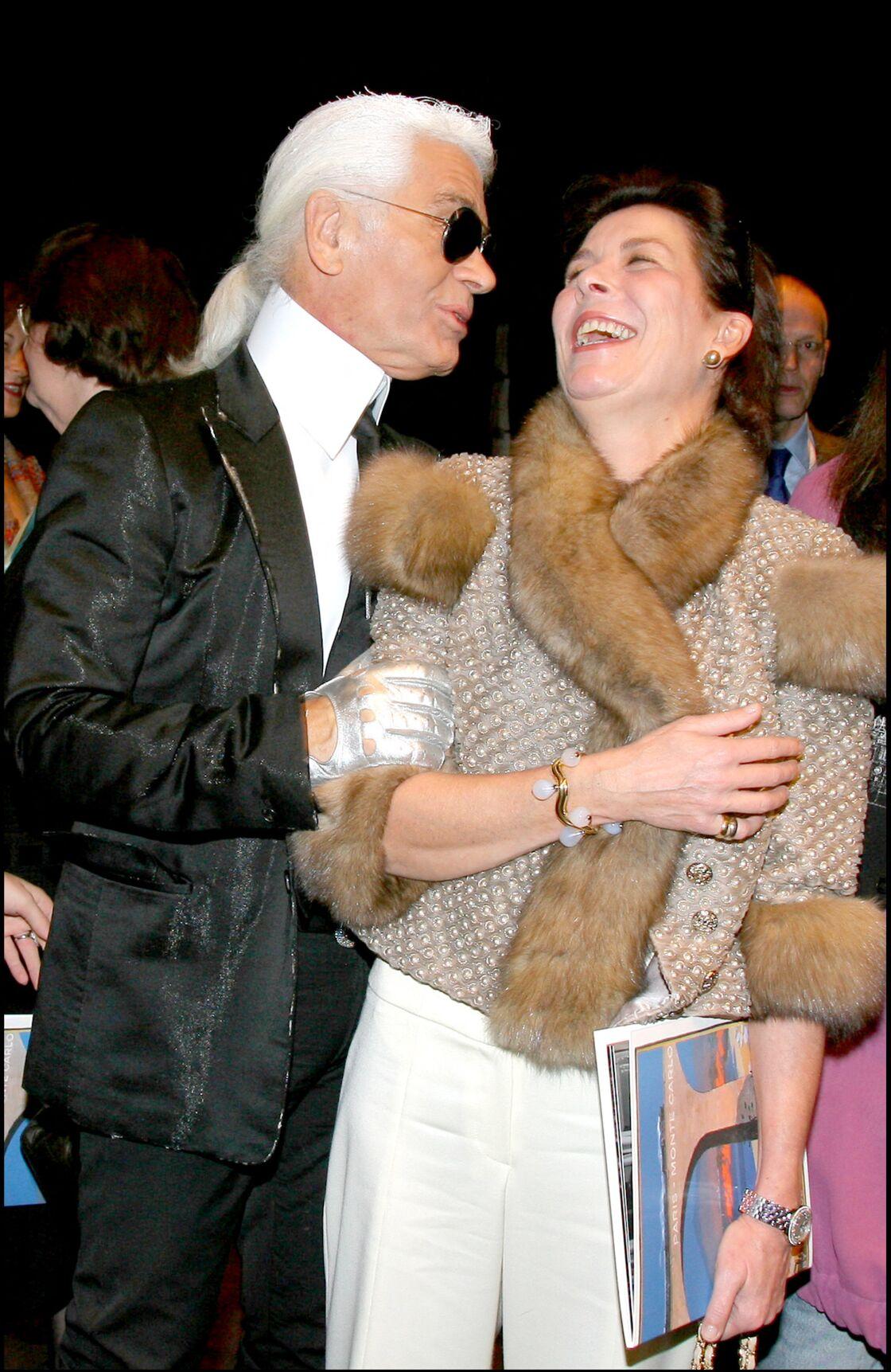 Karl Lagerfeld et Caroline de Hanovre étaient très complices, comme on peut le voir sur cette photo prise lors du défilé présentant la collection
