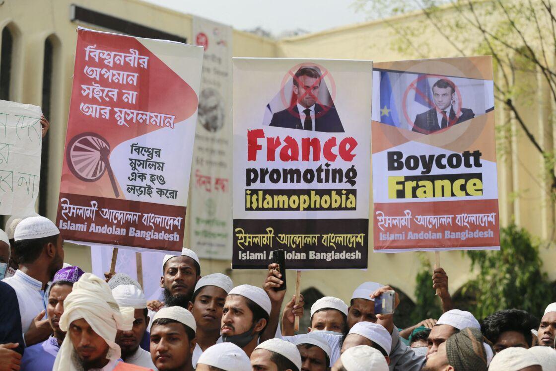 Les membres du parti islamiste Andolan Bangladesh manifestent à Dhaka, Bangladesh pour le boycott des produits français et contre la politique d'Emmanuel Macron par rapport aux caricatures de Mahomet le 27 octobre 2020.