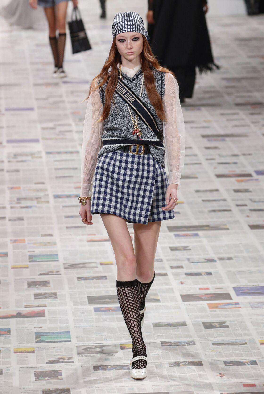 Chez Dior, le pull sans manches se porte par dessus une blouse transparente cet Automne-Hiver 2020-2021