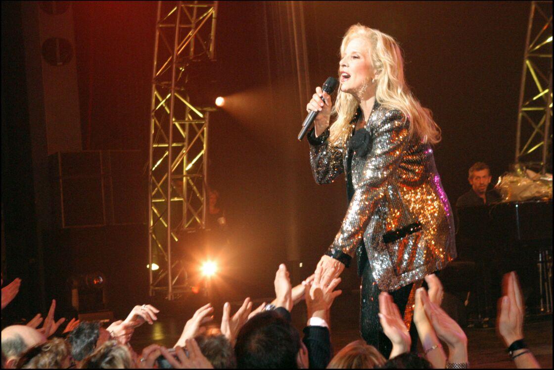 Sylvie Vartan en costume argenté, lors d'un concert au palais des Congrès, en 2004.