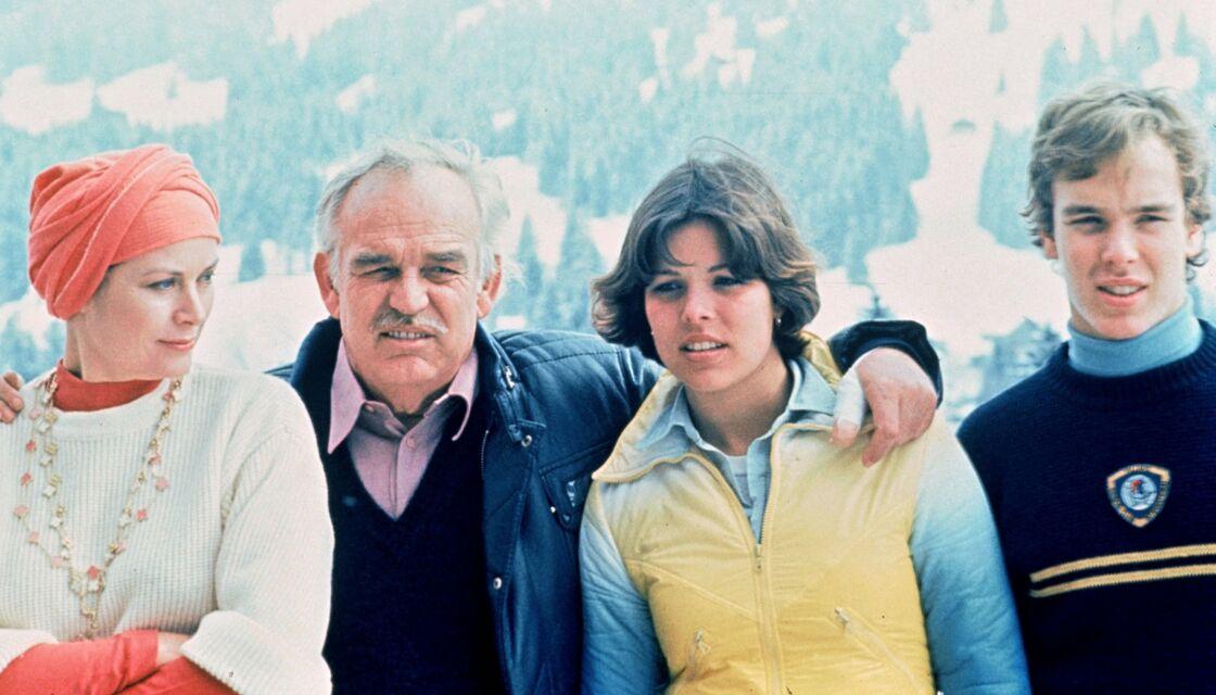 Grace Kelly et le prince Rainier de Monaco aux côtés de leurs enfants Caroline et Albert