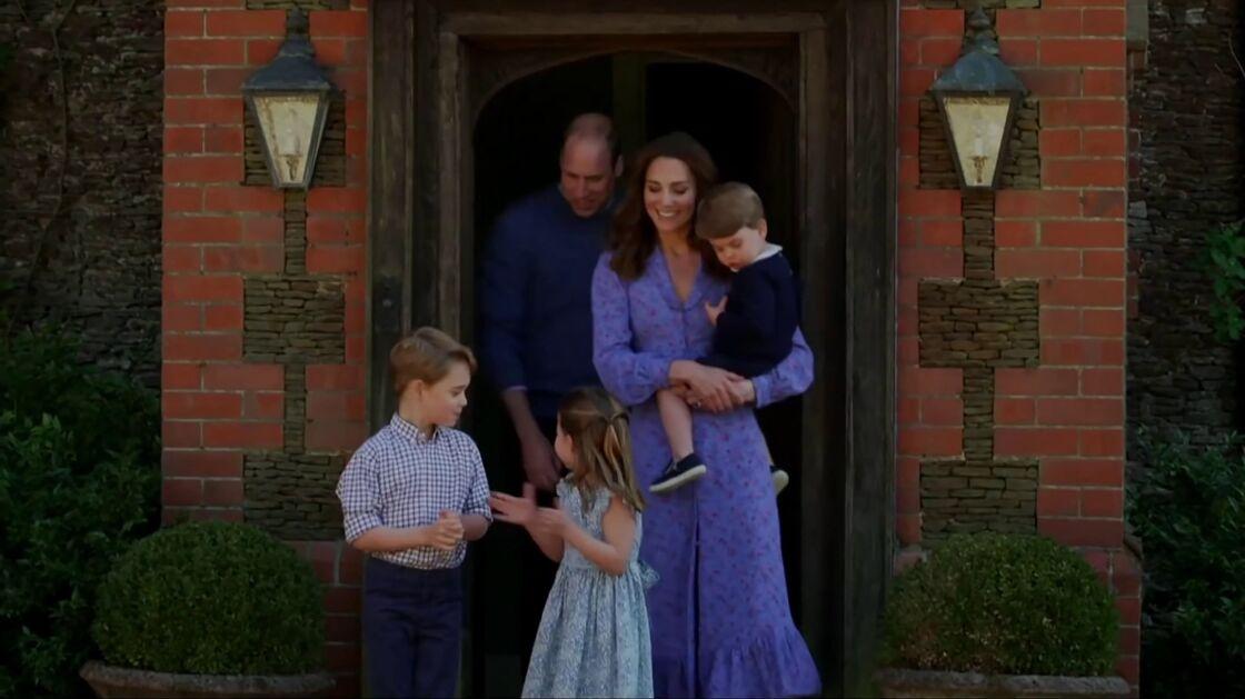 Kate Middleton et le prince William accompagnés de leurs trois enfants