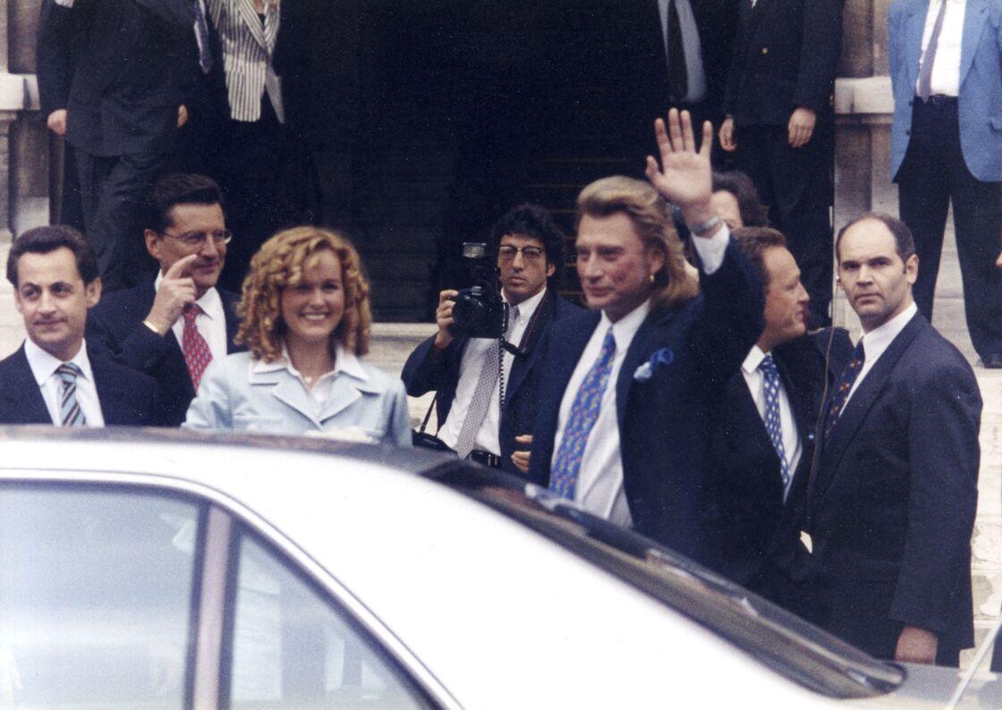 Nicolas Sarkozy, Laeticia et Johnny Hallyday à la sortie de la cérémonie le 25 mars 1996