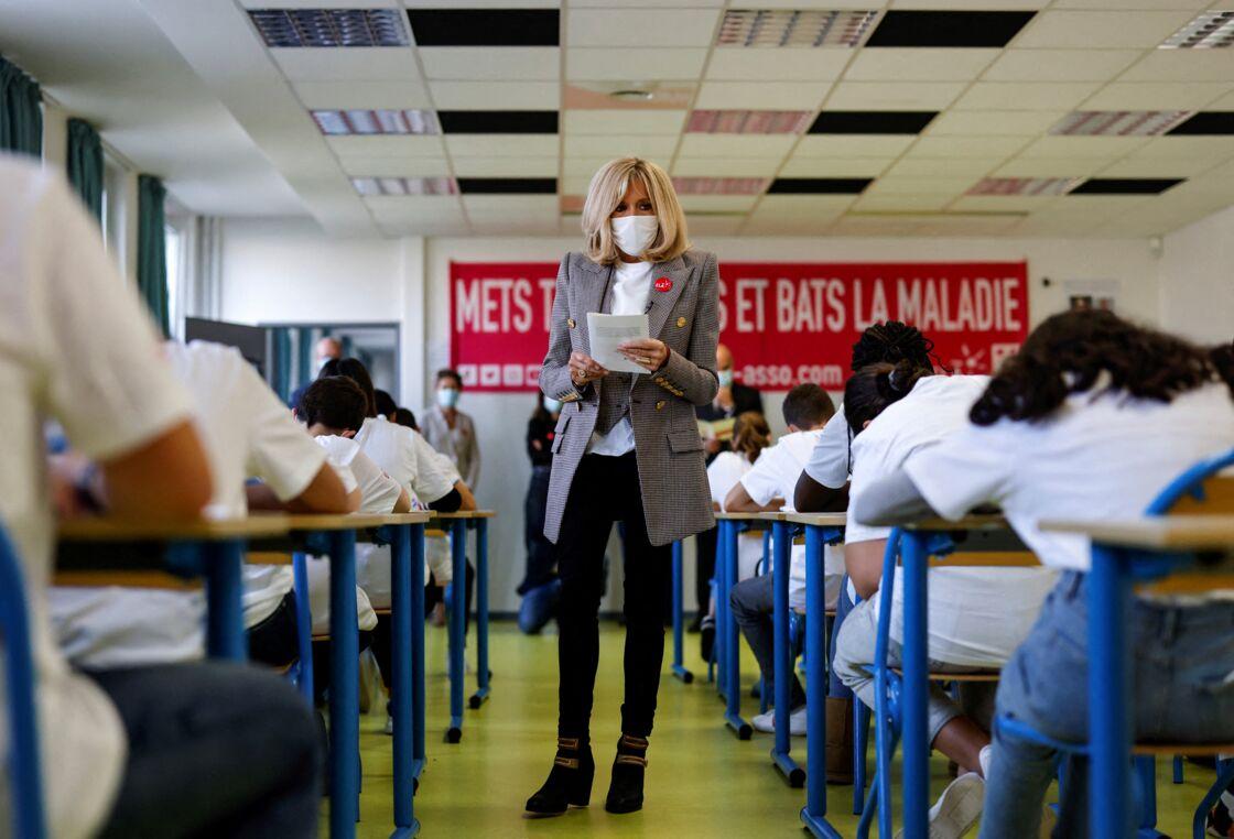 Brigitte Macron fait une dictée aux écoliers en soutien à l'Association Européenne de Leucodystrophie (ELA), au collège Charles-Peguy, Chesnay-Rocquencourt le 12 octobre 2020.