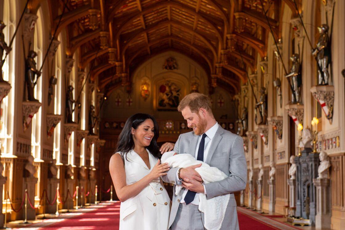 Le prince Harry et Meghan Markle présentent leur fils Archie dans le hall St George au château de Windsor le 8 mai 2019.