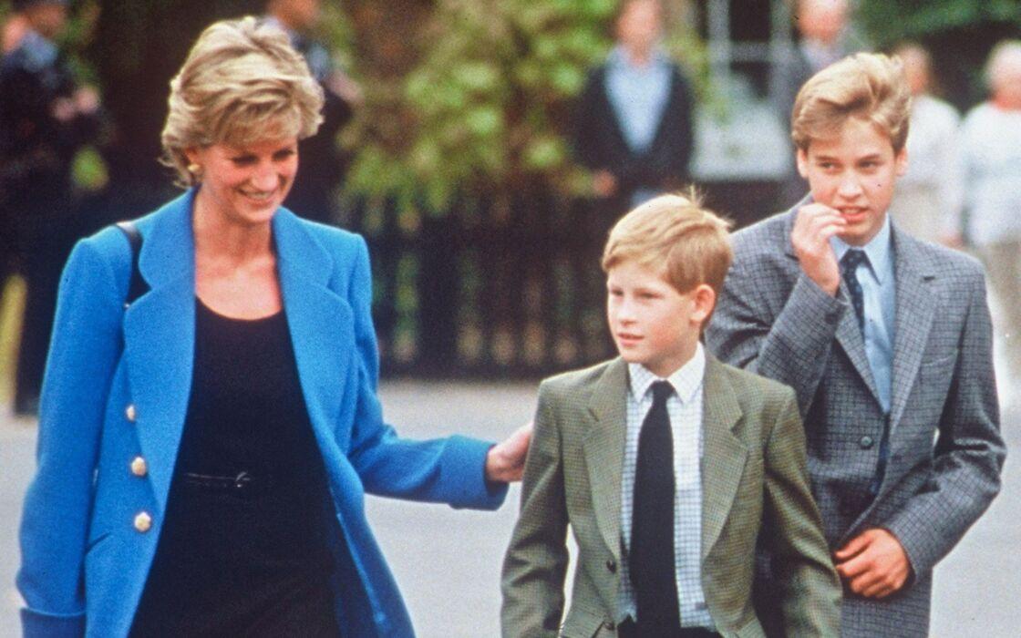 Diana et ses fils William et Harry à la sortie du collège, en 1995