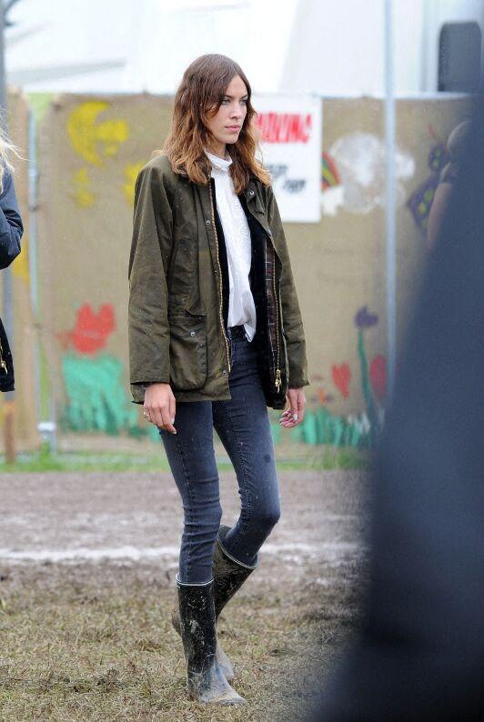 Alexa Chung, au style irréprochable en bottes de pluie lors d'un Festival Glastonbury