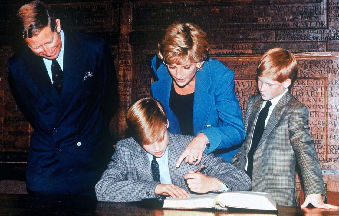 Diana, Charles et leurs fils William et Harry au collège, en 1995