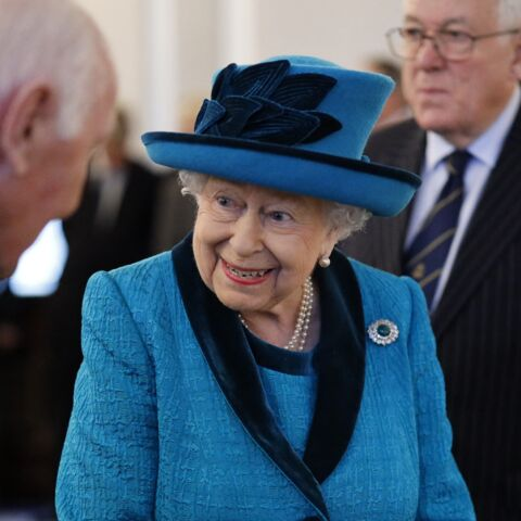 Pourquoi Elizabeth II porte-t-elle toujours des tenues colorées?