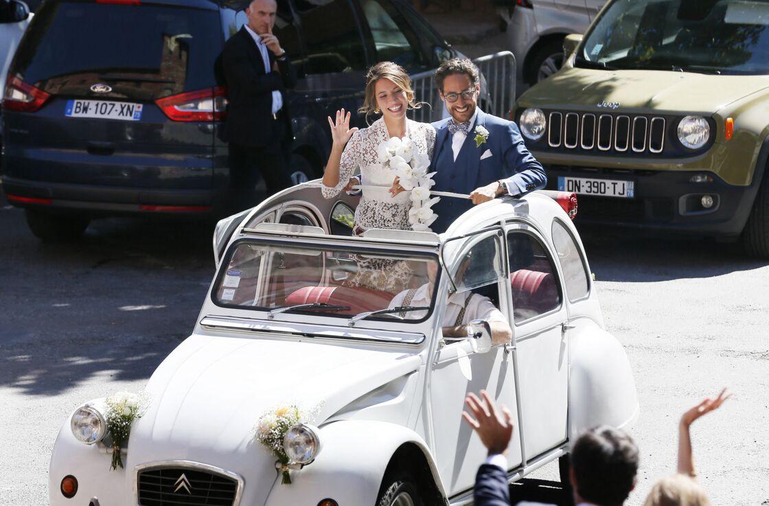 Le couple de jeunes mariés est aux anges