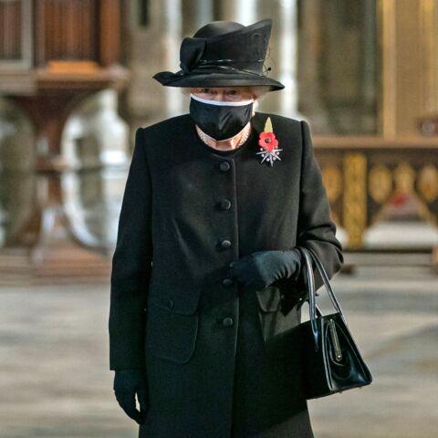 PHOTOS – Elizabeth II élégante et raffinée pour sa 1ère sortie officielle avec un masque