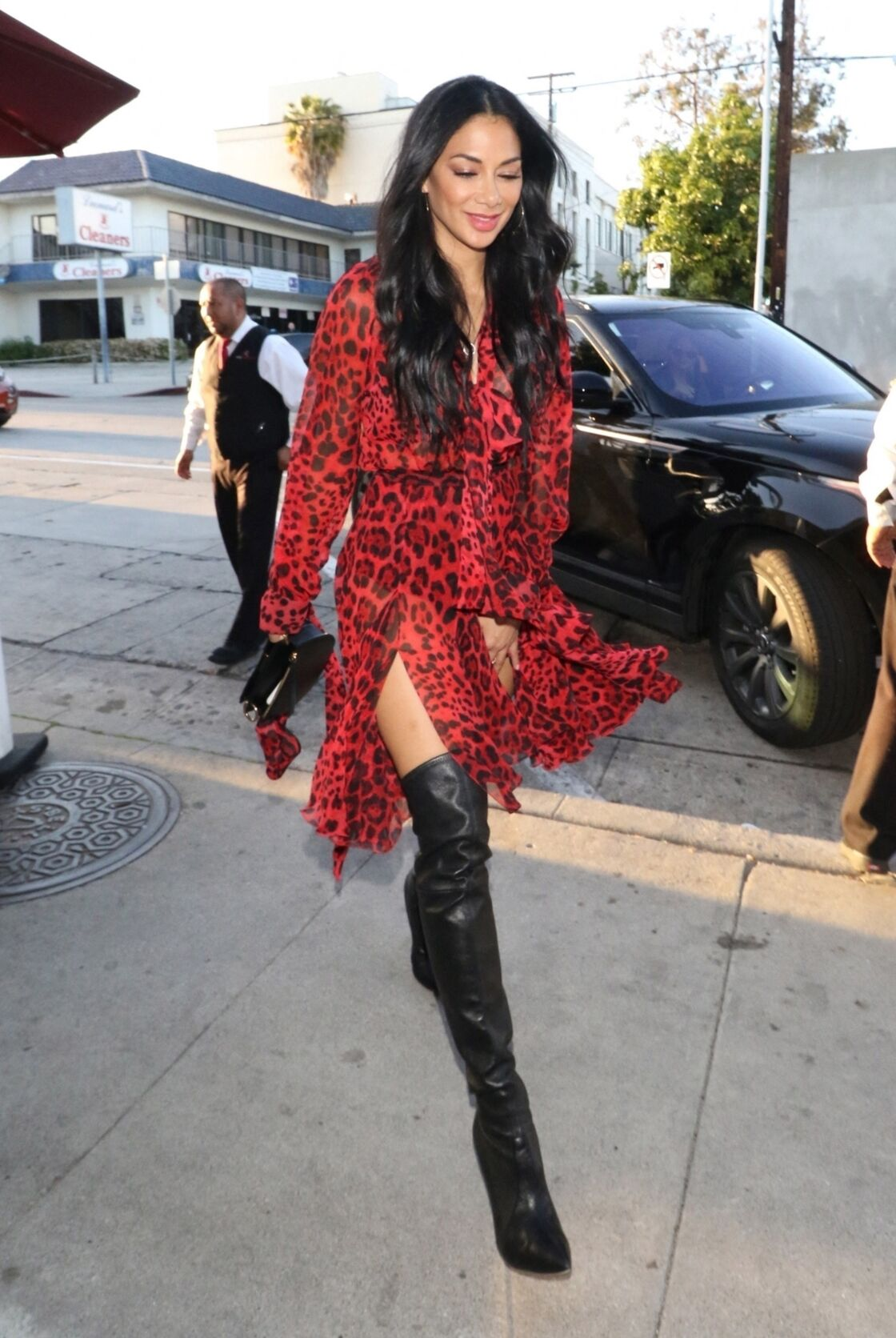 Nicole Scherzinger, rayonnante dans une robe léopard rouge.