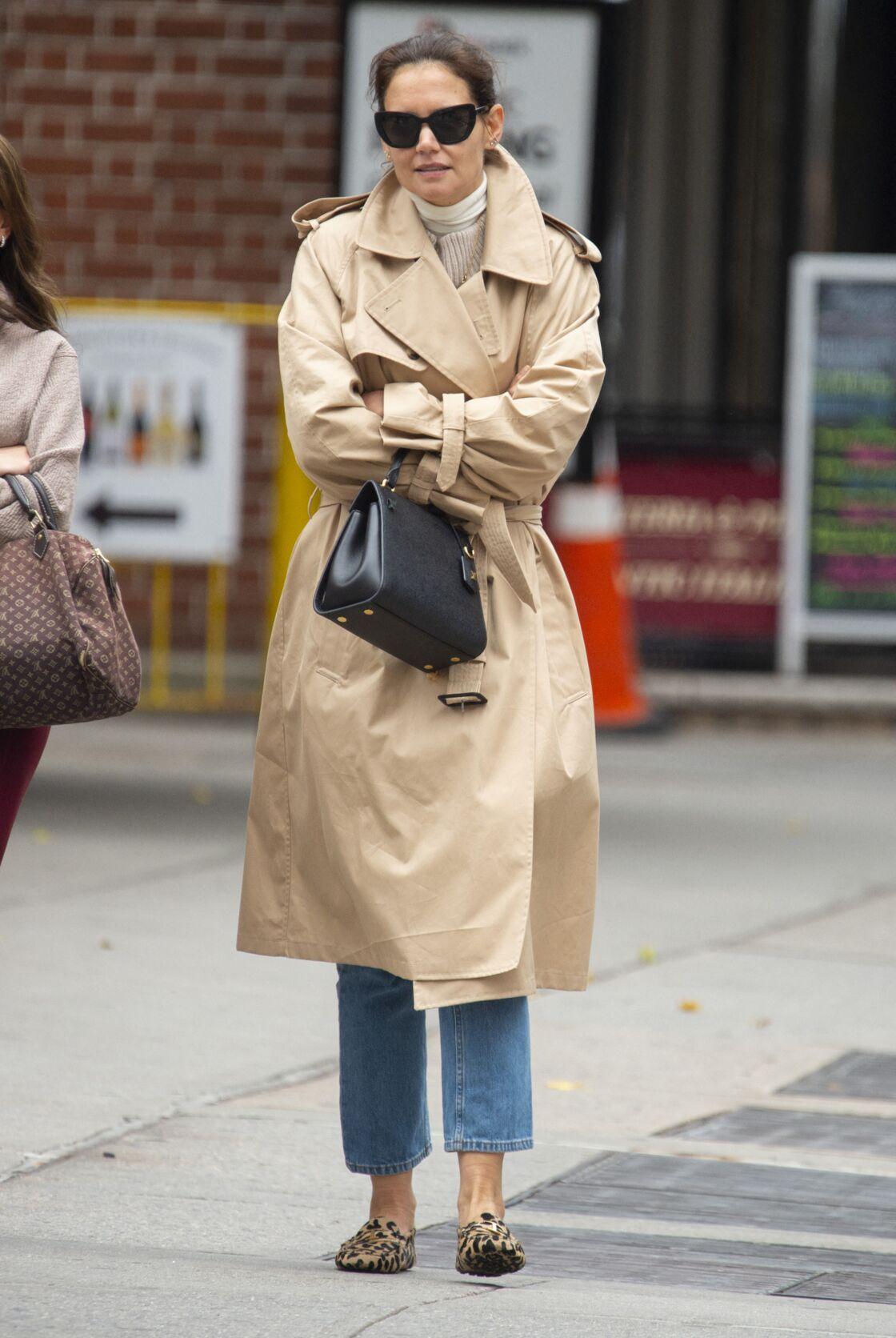 Katie Holmes flâne dans les rues de New York en slippers léopard.