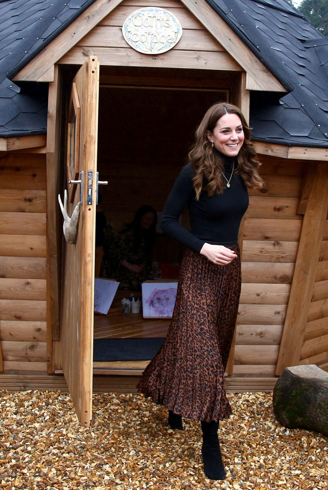 Kate Middleton ose l'imprimé animalier avec une jupe, qui lui va à ravir.