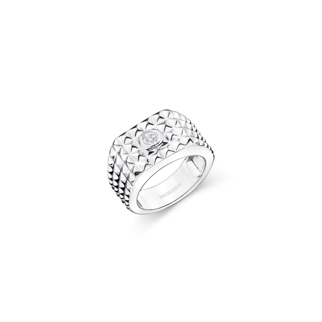 Pour prendre soin de ses bijoux en argent, il suffit de les frotter avec un chiffon imbibé de jus de citron.