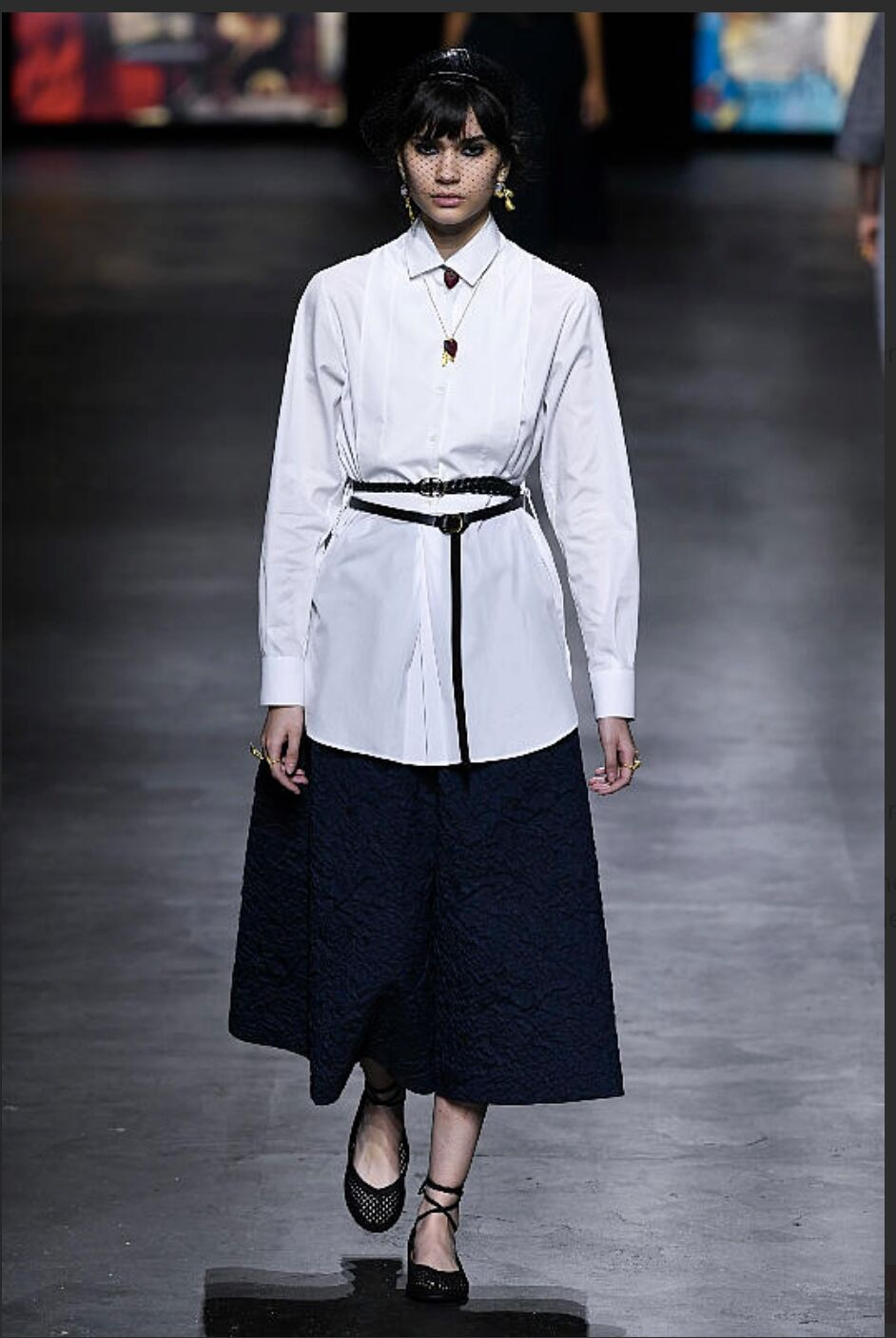 Chic en chemise blanche ceinturée comme la Collection printemps/été 2021 de Dior