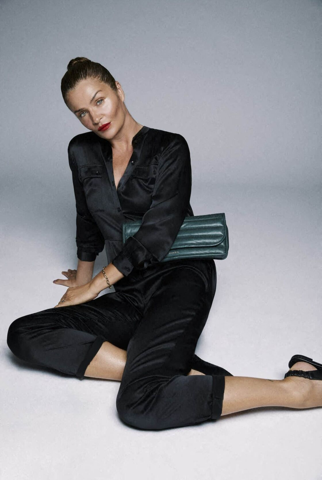 Helena Christensen porte la combinaison Rosalie, 100% soie de sa collab' avec Anine Bing (499 €, eu.aninebing.com).
