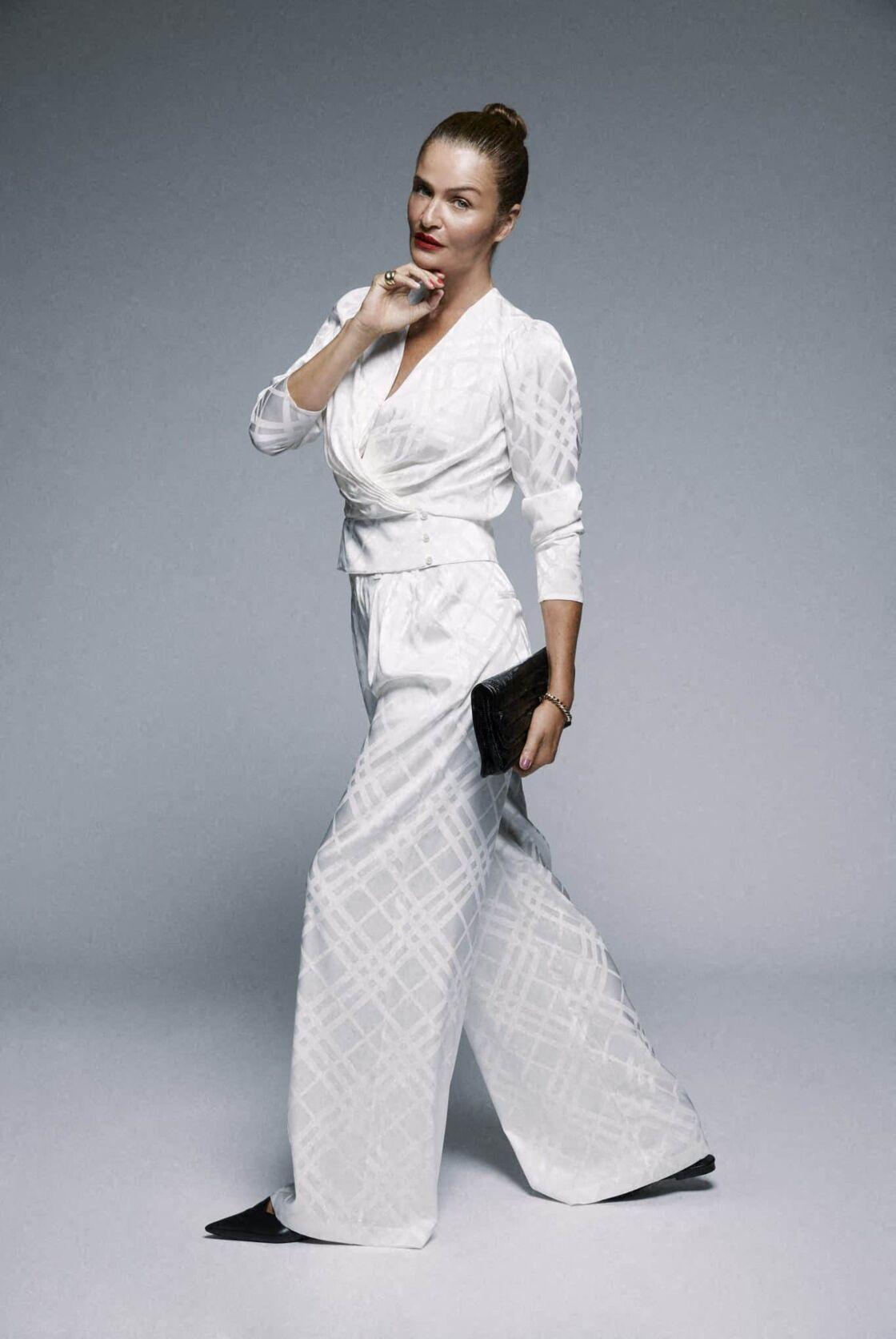 Helena Christensen, toujours aussi sculpturale, prend la pose pour Anine Bing